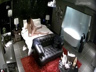主题酒店豪华套房偷拍家境不错的大学生带女同学开房对白清