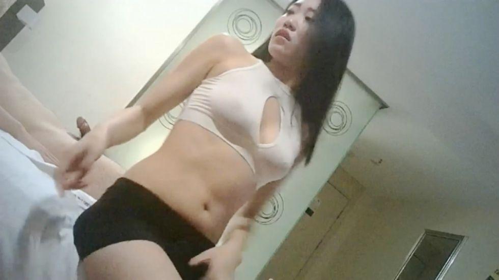 性感长腿美女兼职嫩模,高价钱私下约到酒店,齐逼小短裙,各种姿势从床上干到床下