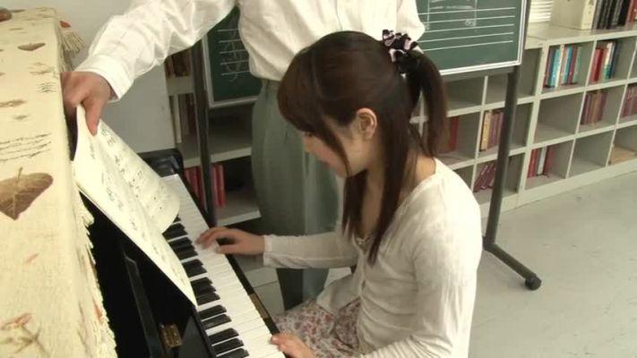 IENE-467_有名になるには偉い人に抱かれないと無理。少女はピアノを上手く弾けるようになりたいという気持ちで素直に従ってしまう。