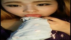 网红妹子为了吸引眼球把自己未洗的袜子吞到嘴里了舔舔自己的淫水是啥味道