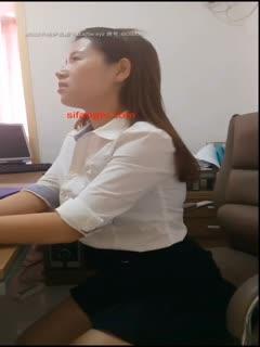 剧情演绎正在上班的职业装气质美女主管被前来视察工作的领导上前摸胸,按在办公桌上