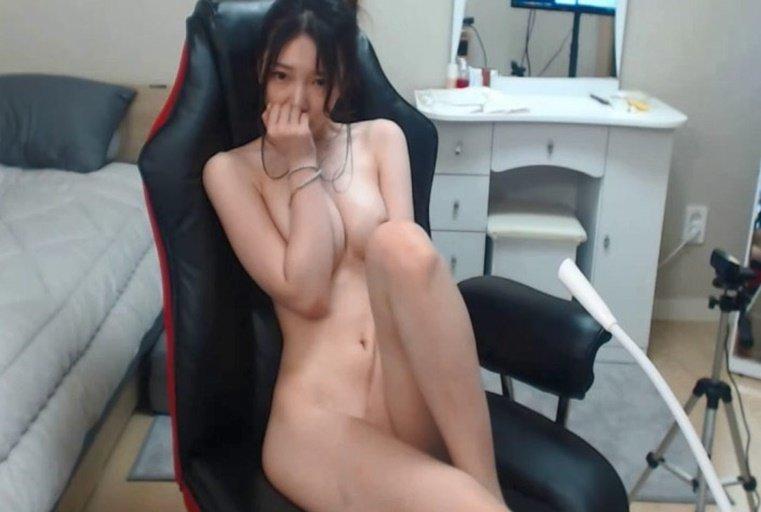 [韩国主播外流]白皙气质美女~刚开播就输了游戏~只好玩弄自己的粉嫩鲍鲍给大家看!!
