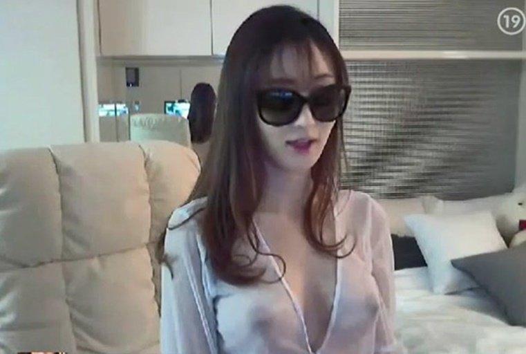 [韩国主播外流]淫梦再现~视讯姊姊镜头前浪玩小穴