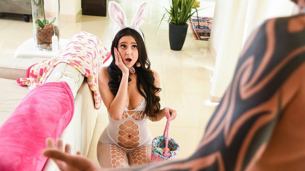 女友情趣内衣兔女郎装扮瞬间让我性欲躁动起来直接按到就开始抽擦爆操高潮不断