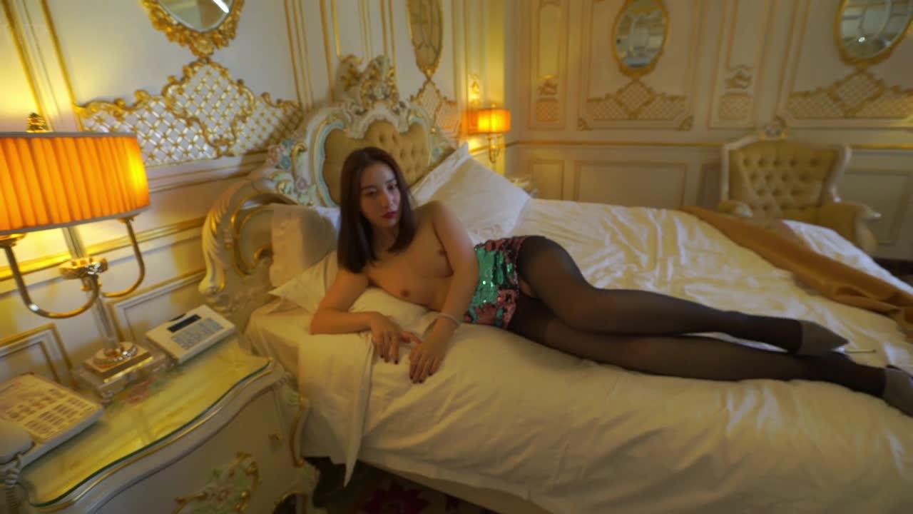 精品G哥白金版视频 美腿车模小马苏和摄影师模拟草逼
