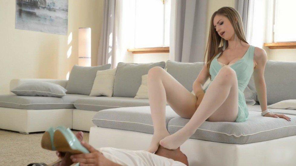 颜值很高的俄罗斯少妇 穿着丝袜足交帮上司射精  足控必看